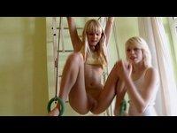 Dvě holky blbnou v tělocvičně