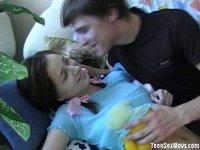 Mladý pár si užívá doma