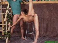 Jebačka s mlaďounkou gymnastkou