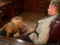 Sekretářka vysrkne šéfovo brko