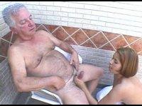 Důchodce jebe mladou holku