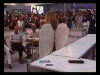 Andělíček dělá striptýz na veřejnosti