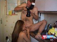 Amatérská dvojice šuká v kuchyni