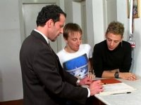 Dva mladíci a pojišťovák