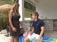 Čtyřicetiletá mamina s mladíkem