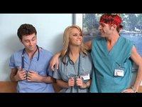 Dokto?i zmrdaj prsatou kolegyni