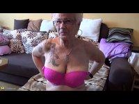 74 letá babička se nestydí