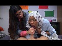 Muslimky se učí kouřit ptáka