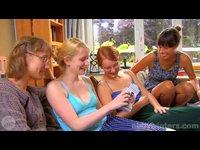 Slušný holky zkoušejí novou hračku
